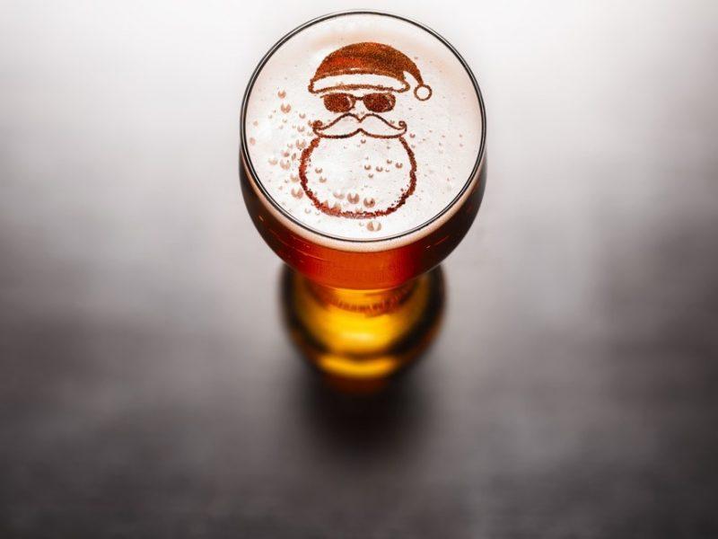 Bicchiere di birra di Natale, con Babbo Natale inciso nella schiuma