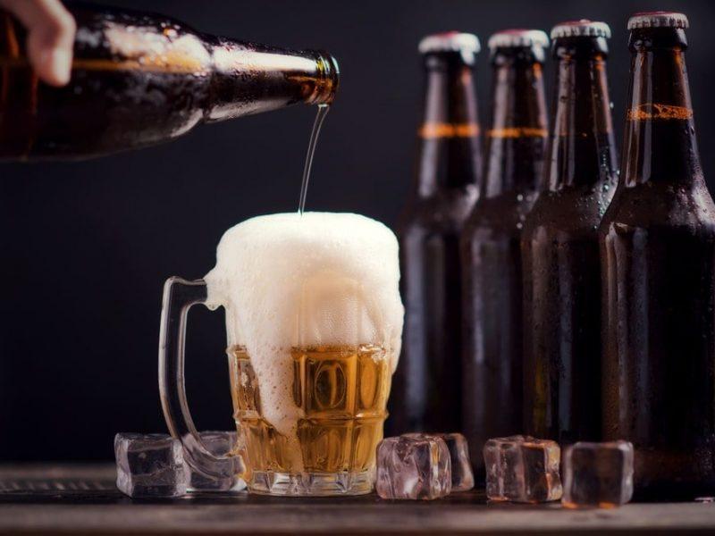 Formazione di schiuma nella birra quando si versa